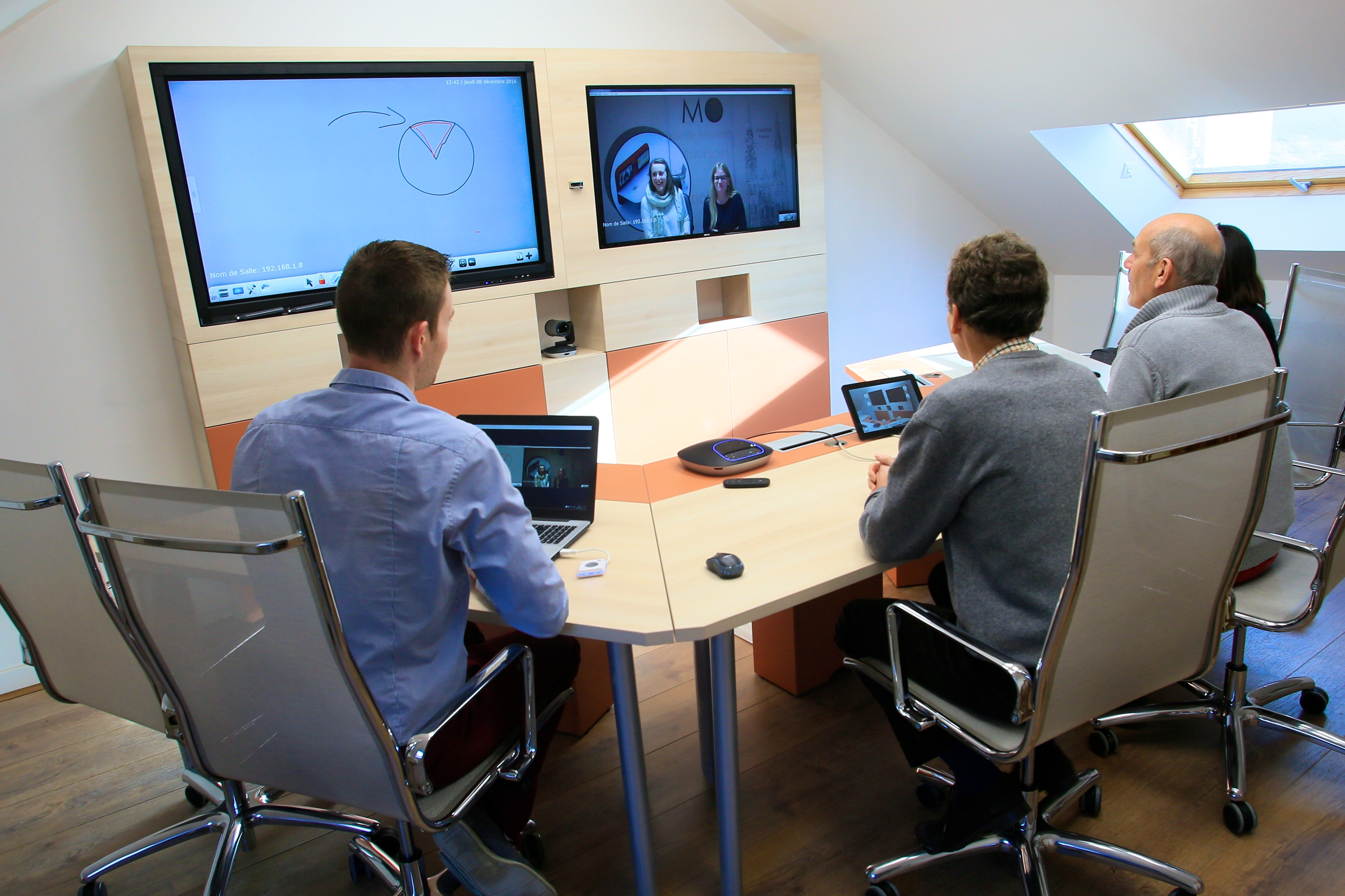travail collaboratif à distance par deux équipes projet
